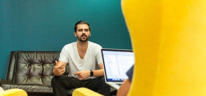 Hombre hablando casualmente con el entrevistador