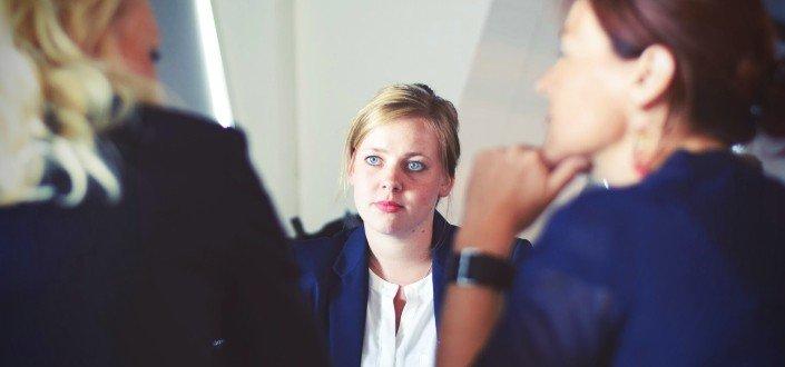 Mujer escuchando atentamente a los entrevistadores