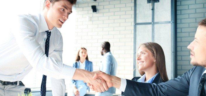 Solicitante masculino estrecharme la mano de los entrevistadores