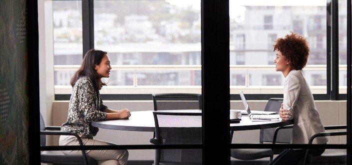 Solicitante en una entrevista individual con una entrevistadora