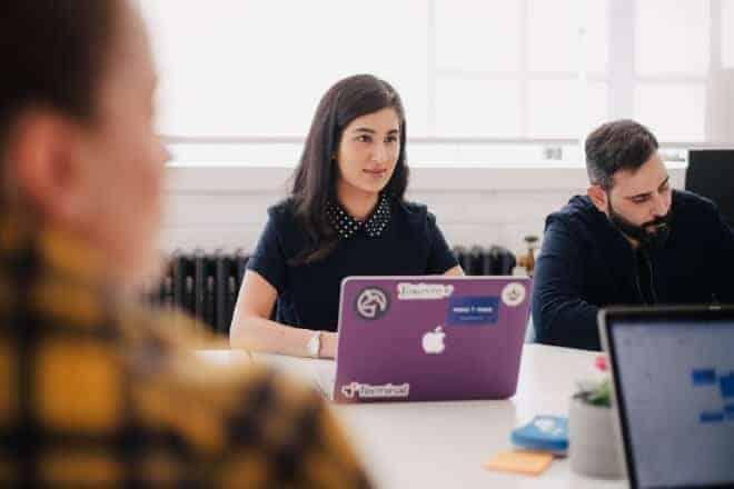 Mujer en reunión con trabajadores de oficina - preguntas-para-entrevistas