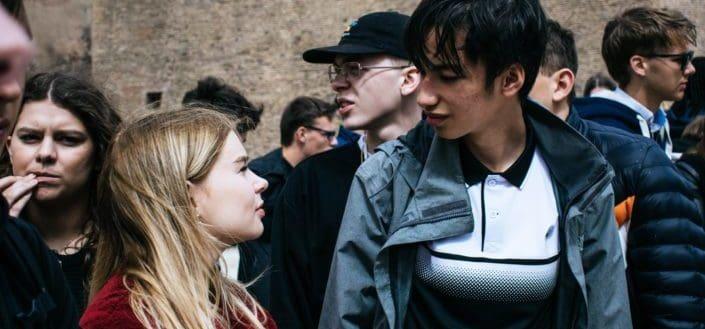Pareja mirando el uno al otro en una multitud
