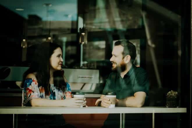 Excelentes Temas De Conversación - pareja tomando café dentro de la cafetería