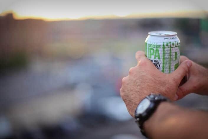 Chico sosteniendo lata de refresco