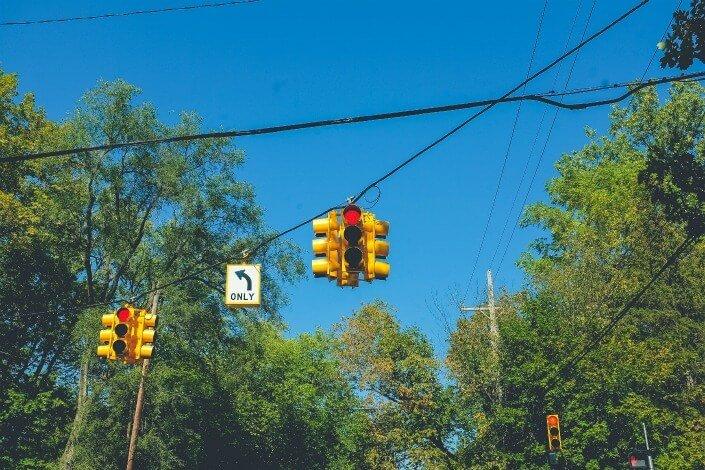 semáforo en zona rural.