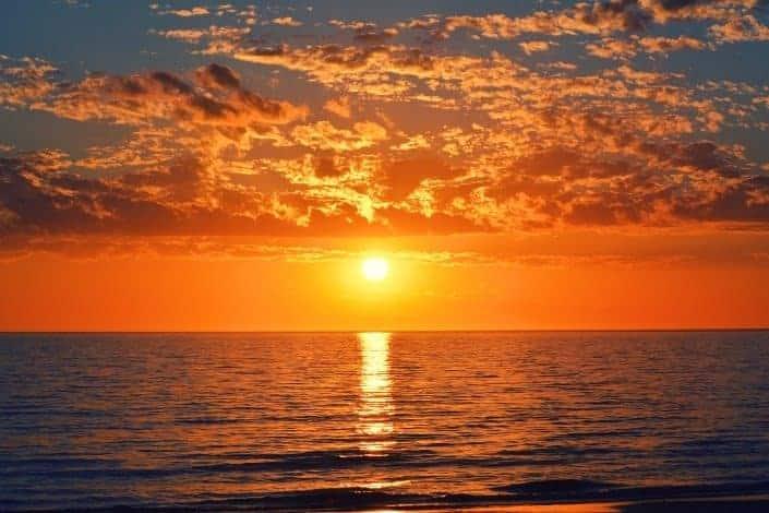 Puesta de sol en el horizonte