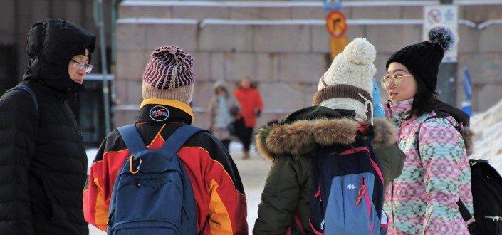 Grupo de amigos afuera en un día nevado