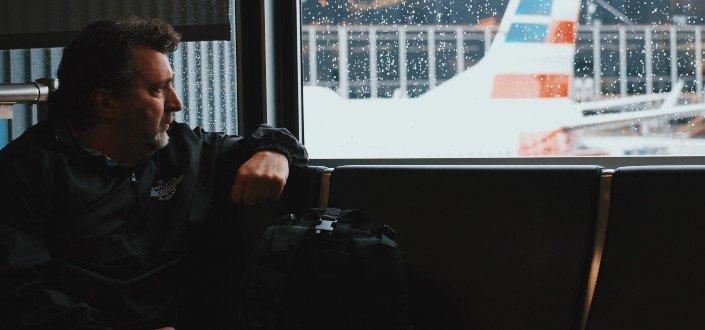Chico sentado en un autobús mirando por la ventana
