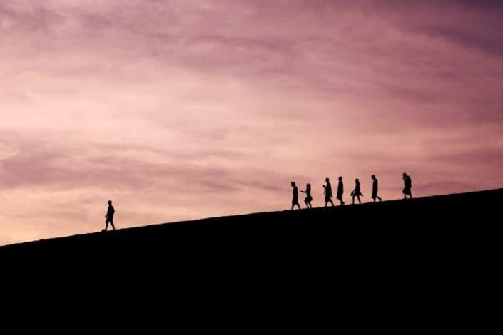 silueta de personas en la colina