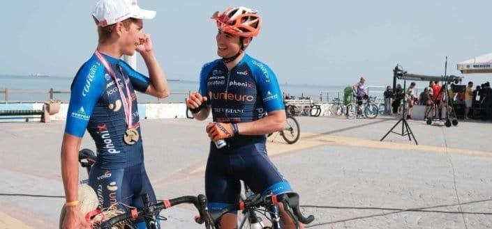 Dos ciclistas hablando entre ellos