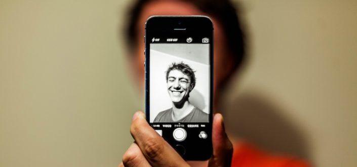 hombre posando para una selfie