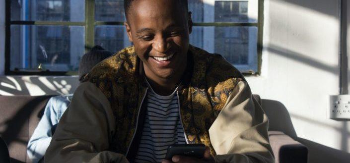 hombre riendo de algo en su teléfono
